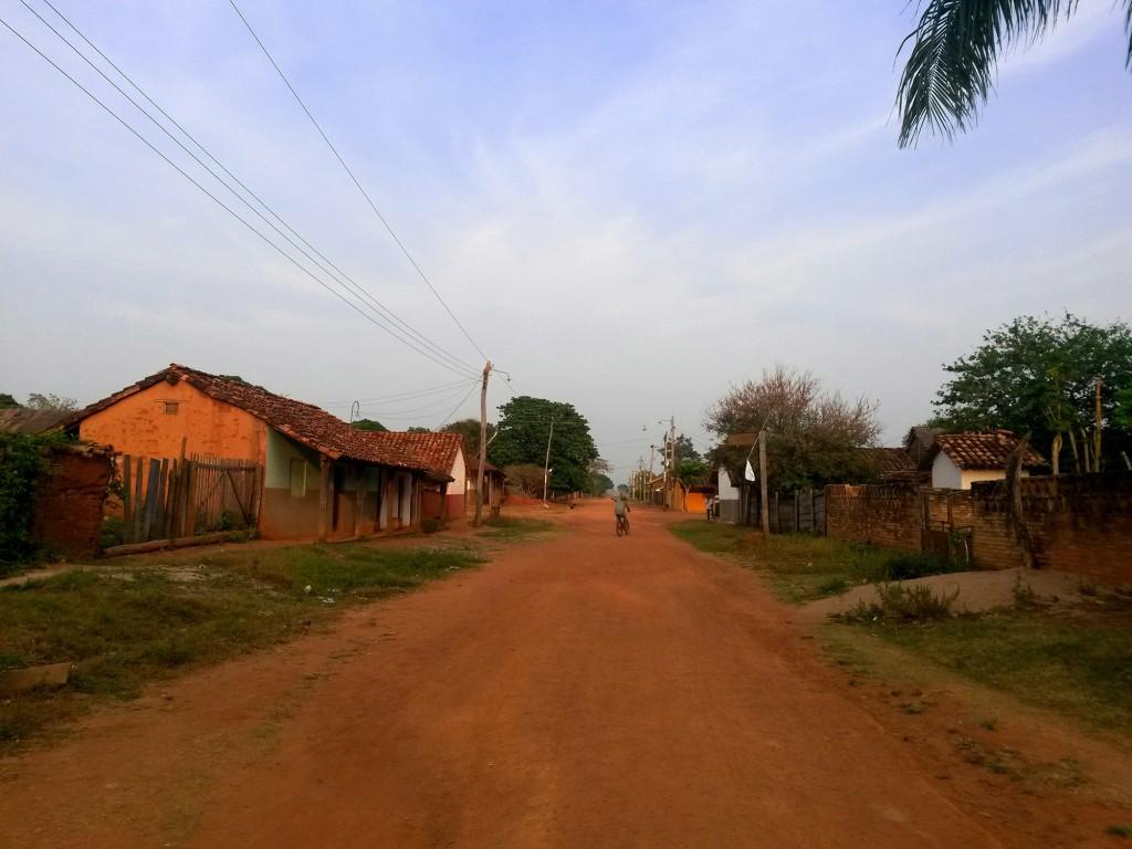 La distancia de el alojamiento a la iglesia era marcado por uno de estos caminos de tierra