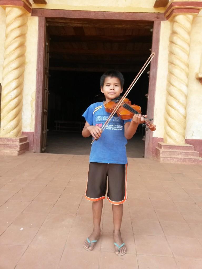 El niño Luis, el violinista con talento múltiples, entre ellos, la fotografía