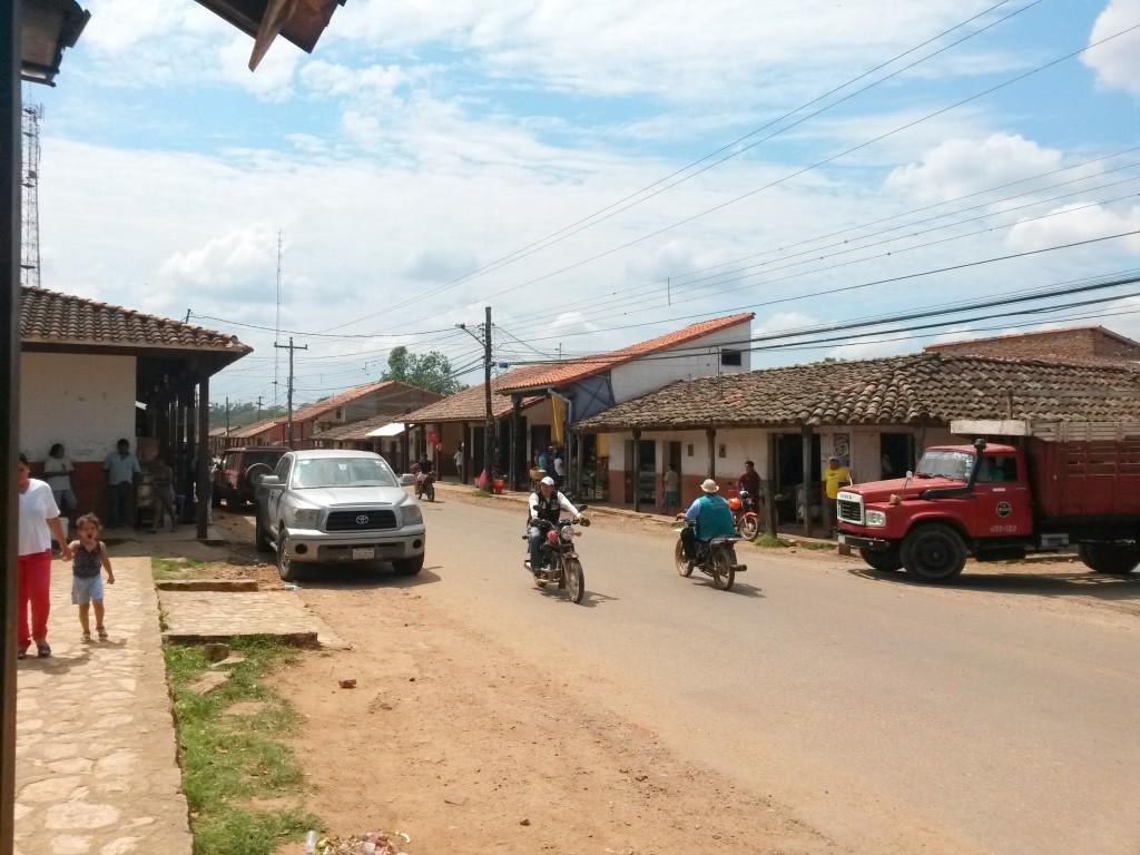 La calle más transitada que vi en ese pueblo, quedaba a una cuadra de la plazuela.