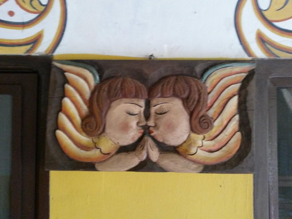 La fachada interior del lugar contaba con varios adornos, entre esos, estos ángeles besucones.