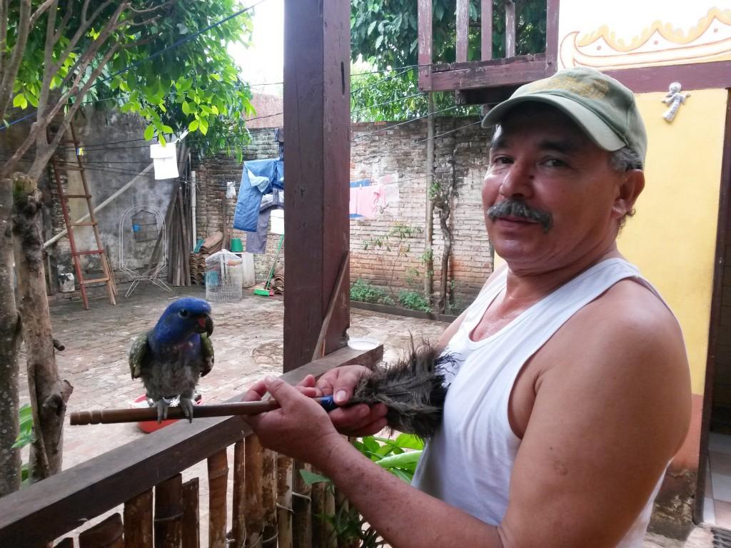 Don Humberto, dueño del perico más manso que he conocido