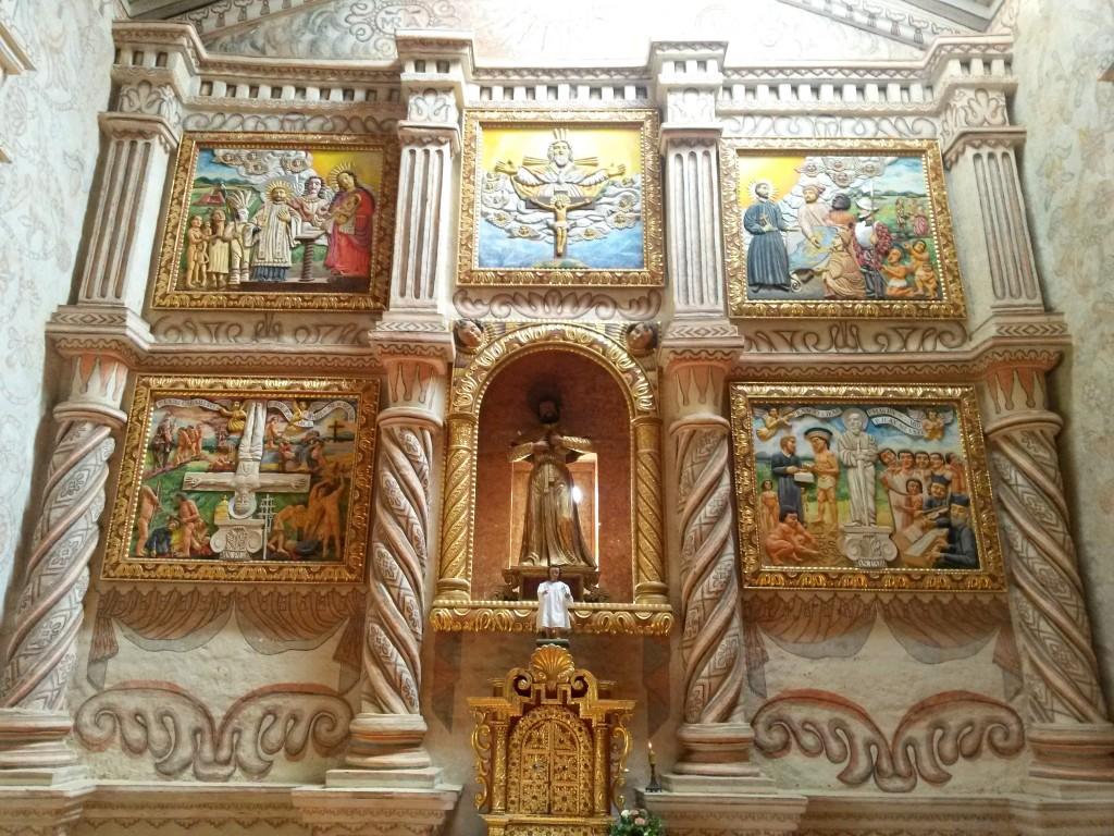 El retablo con sus pinturas en alto relieve