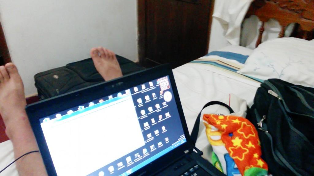 Una captura mía, trabajando en la habitación del alojamiento, con los pies marcados por las chinelas debido a la quemazón que me produjo el sol (acabo de darme cuenta)