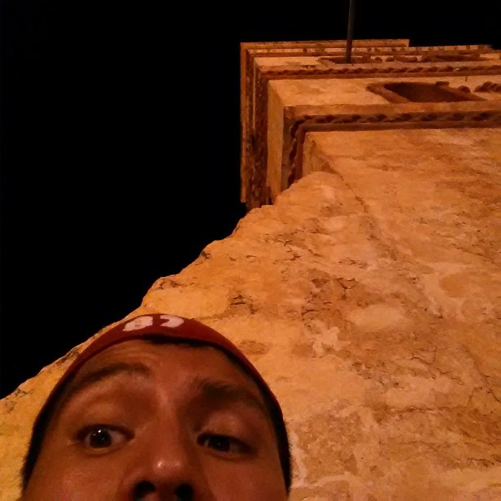 Mi despedida nocturna al lugar con el campanario de fondo, la calor no disminuyó aún siendo de noche, increíble!!