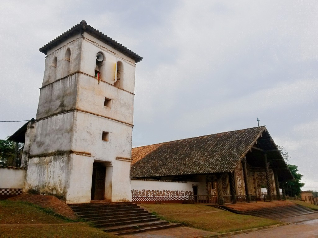El templo contaba con un campanario de gruesa consistencia, hecha en su amurallada en su totalidad de adobe.