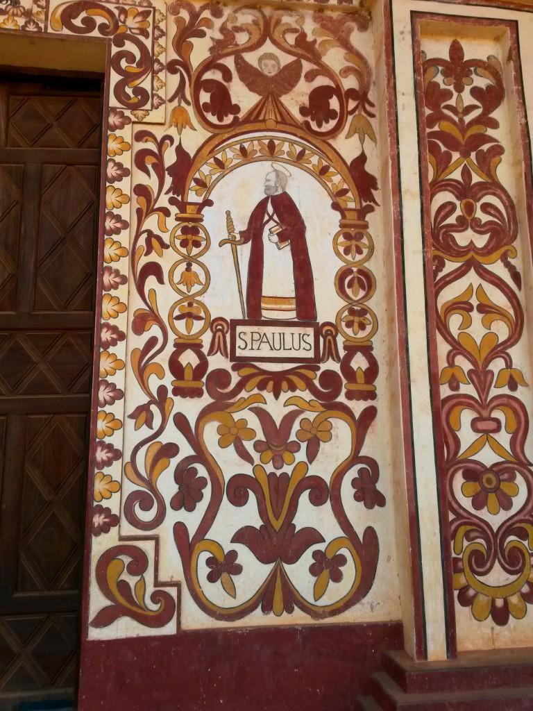 San Pablo y San Pedro, pinturas hechas a cada lado de la puerta principal de la Iglesia.