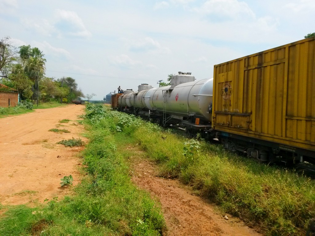 No tengo idea cómo se llamaba la vía ferroviaria, pero pasaron como 50 vagones sin exagerar. El primer tren que veía en mi corta vida